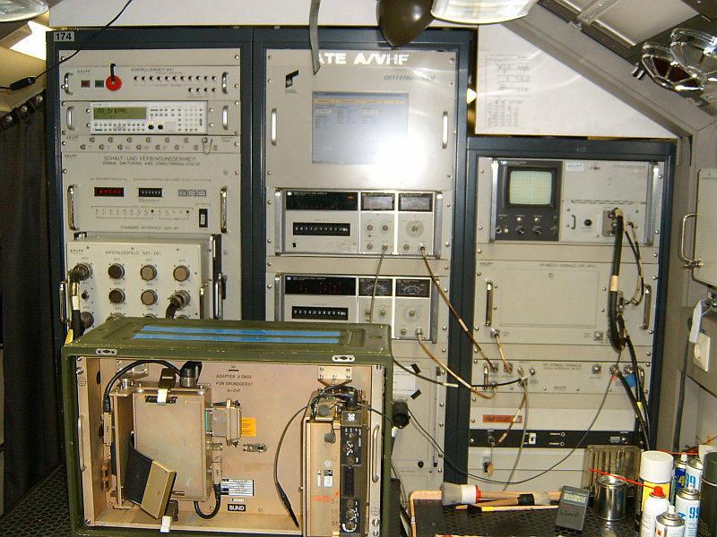 File:Arbeitsplatz1 mit Schrank 7 bis 9.jpg - Wikimedia Commons