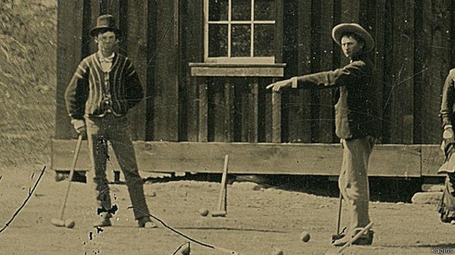 Billy el Niño (Billy The Kid), a la izquierda de la imagen, jugando el críquet.