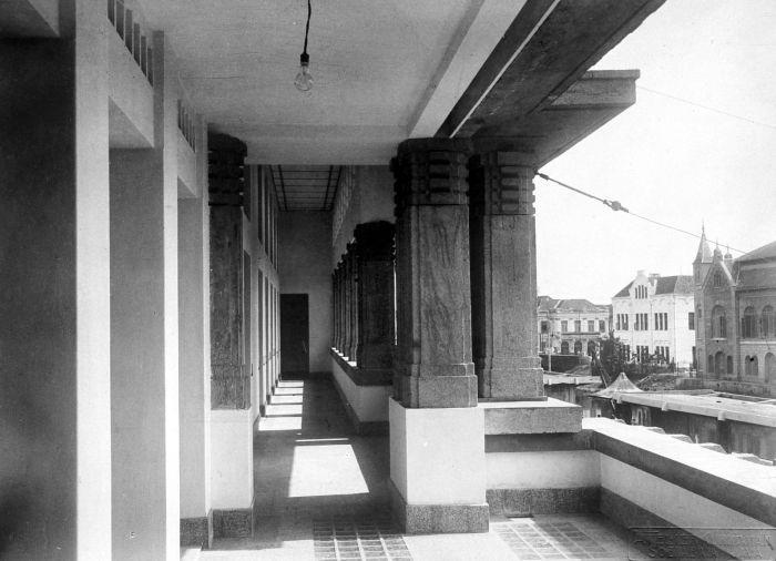 File collectie tropenmuseum gallerij bovenverdieping kantoor koloniale bank soerabaja tmnr - Koloniale stijl kantoor ...