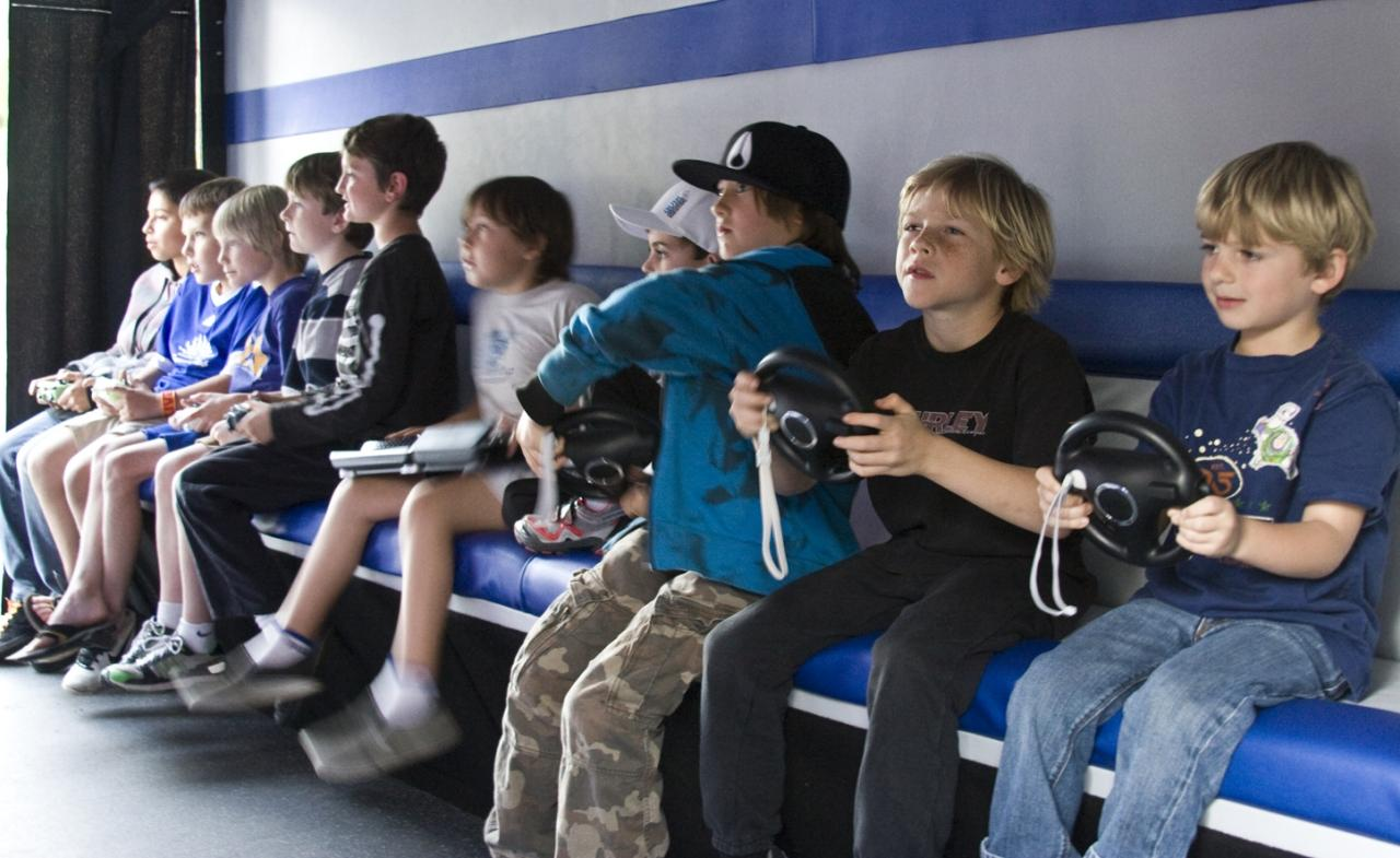 Children_playing_video_games.jpg