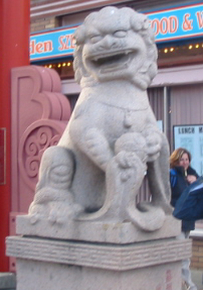 אריה אבן בשער הכניסה לצ'יינטאון בוויקטוריה