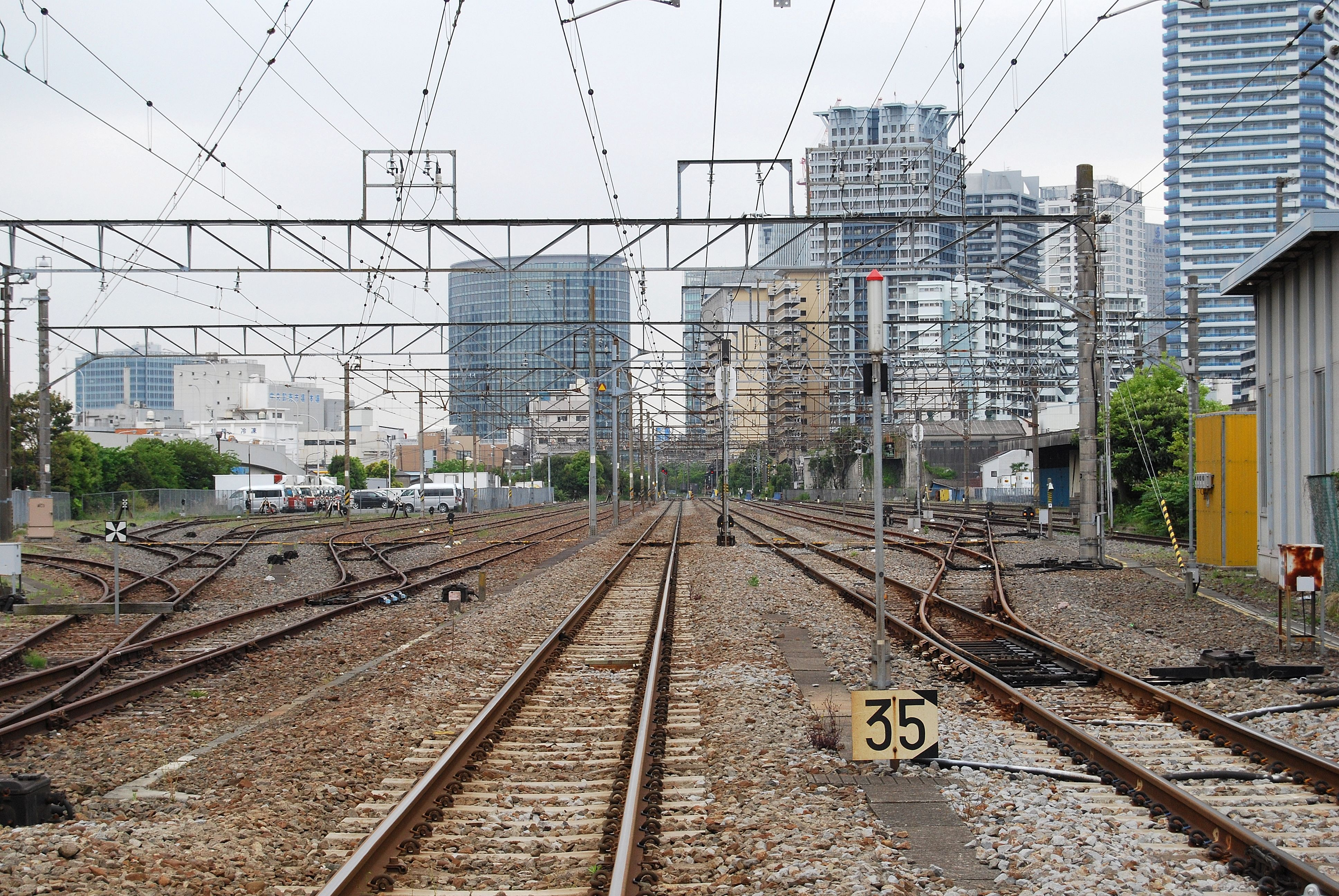 https://upload.wikimedia.org/wikipedia/commons/d/de/Higashi_takashima_station.JPG