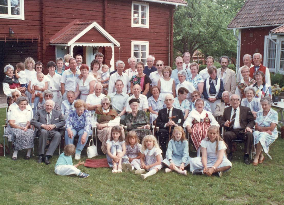 Kaj_Family_reunion_group_1988.jpg