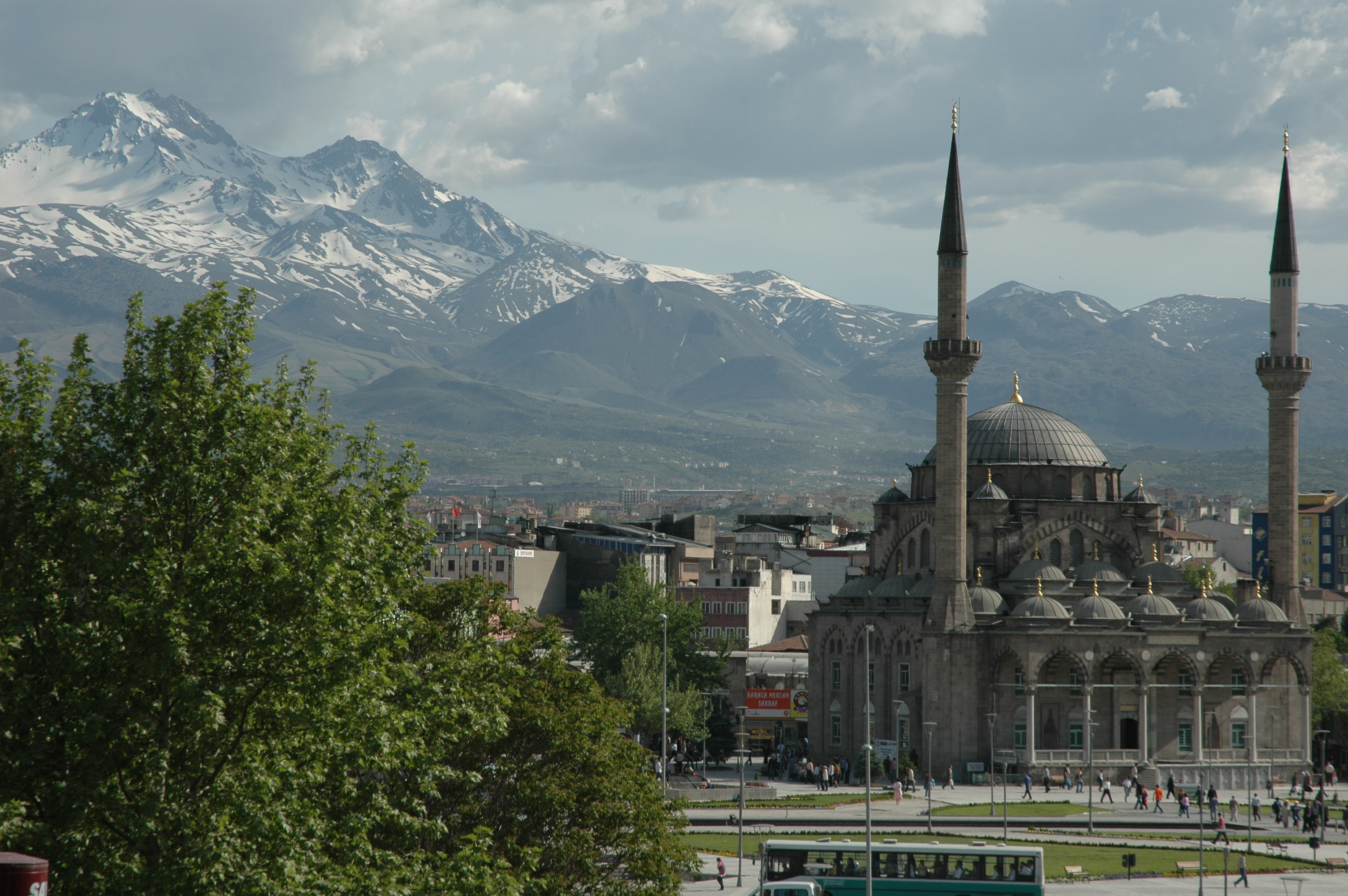 File:Kayserideki Erciyes dağı ve Bürüngüz camii.JPG - Wikimedia Commons