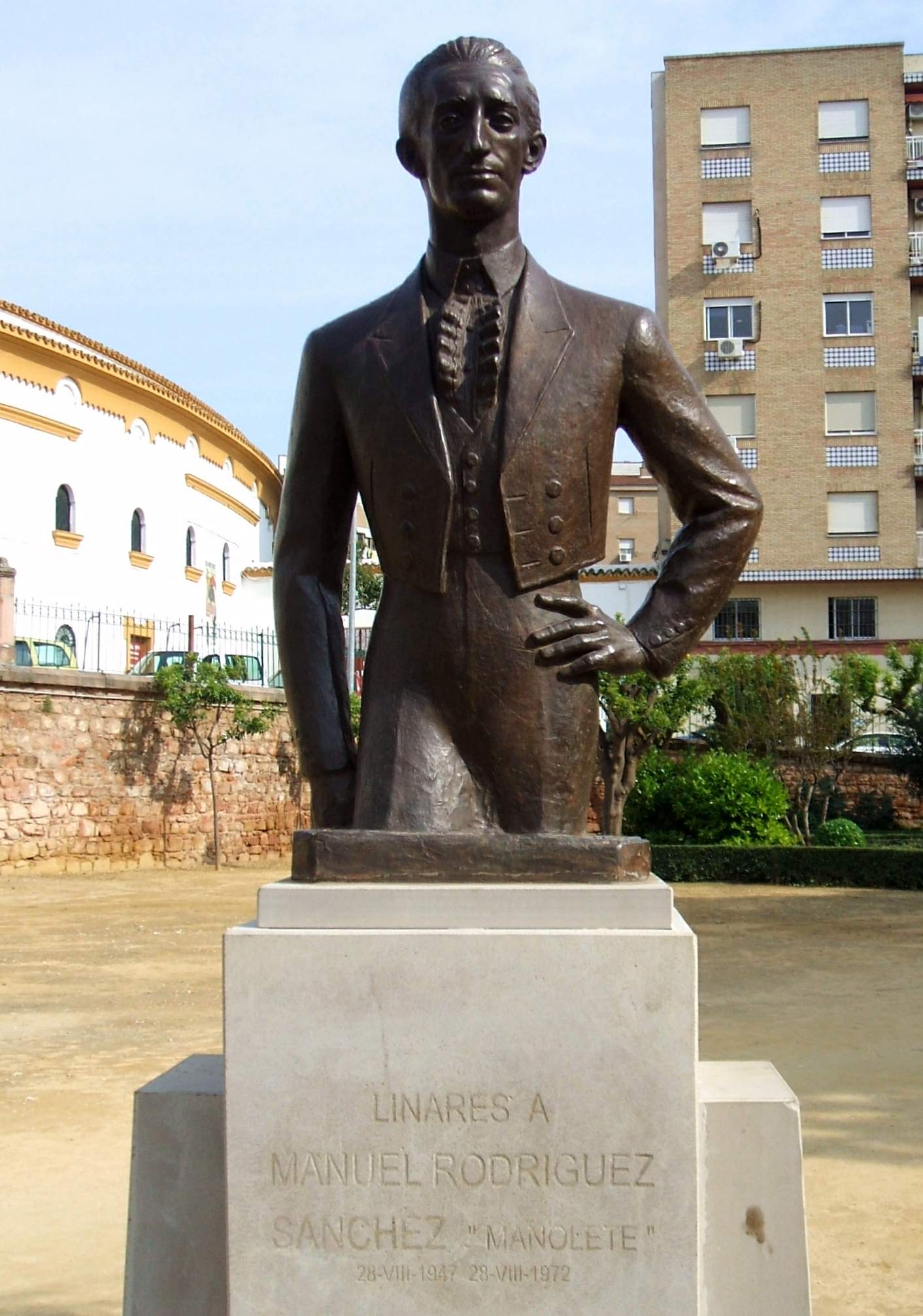 Monument to Manolete in front of the bullring in [[Linares, Jaén|Linares]]