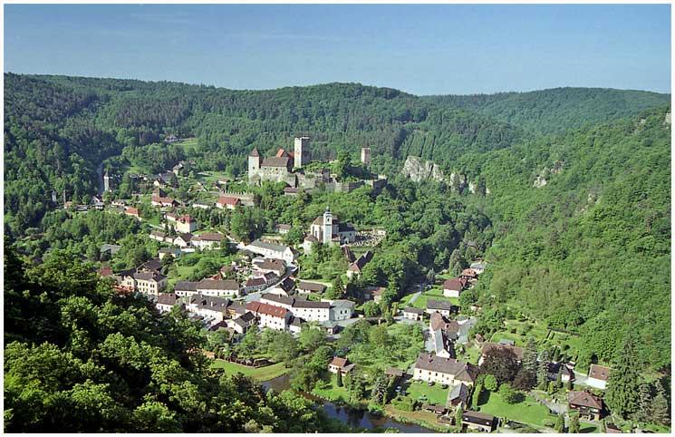 https://upload.wikimedia.org/wikipedia/commons/d/de/Město_Hardegg_z_Hardeggské_vyhlídky.JPG