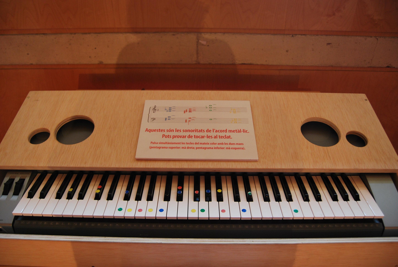 """Mompou. El pianista experimentó con los sonidos de los """"acordes metálicos"""", explicado en este teclado de la sala de interactivos del Museo de la Música de Barcelona en motivo de la exposición temporal que se le dedicó al músico"""