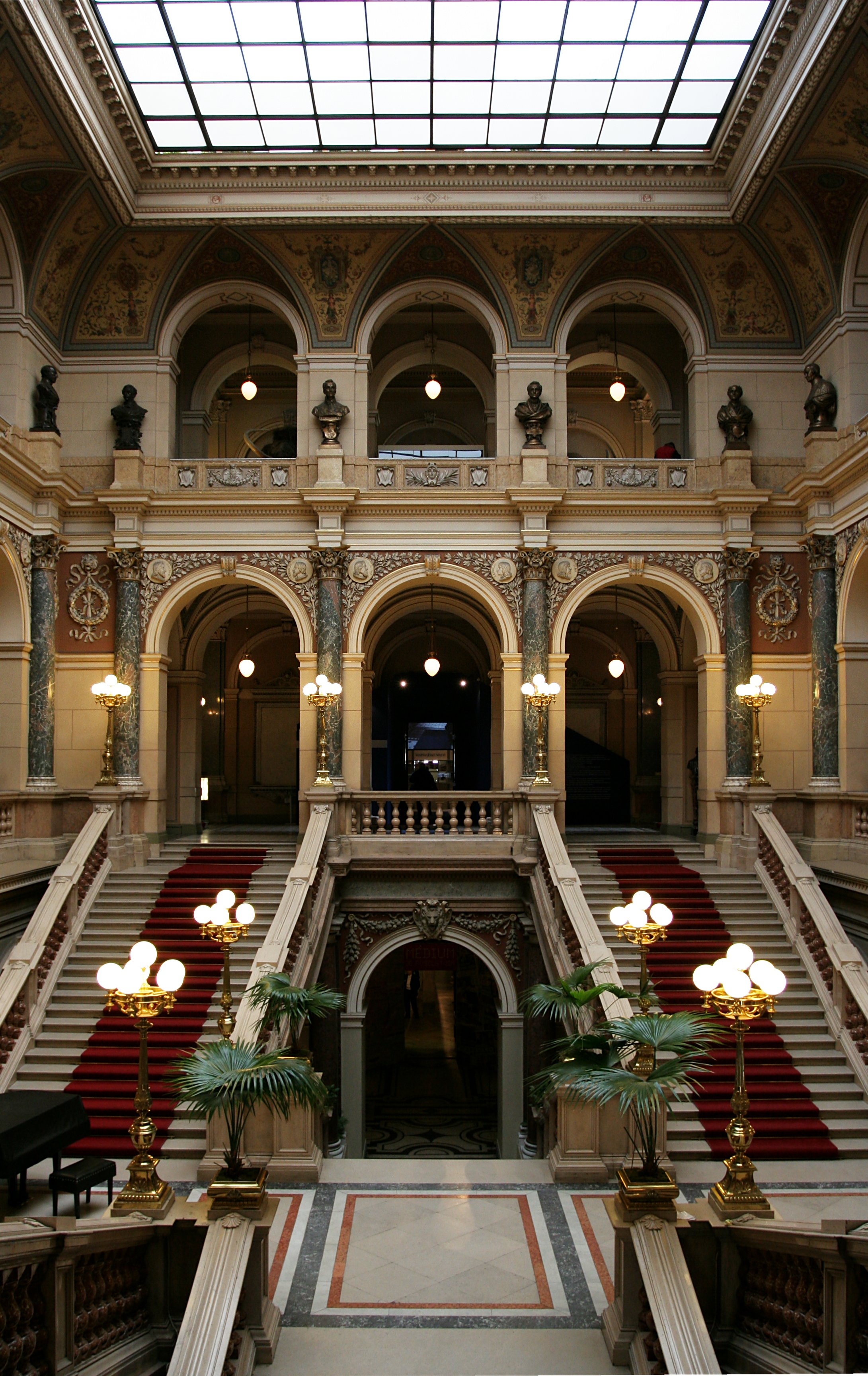 Narodni muzeum interior.jpg