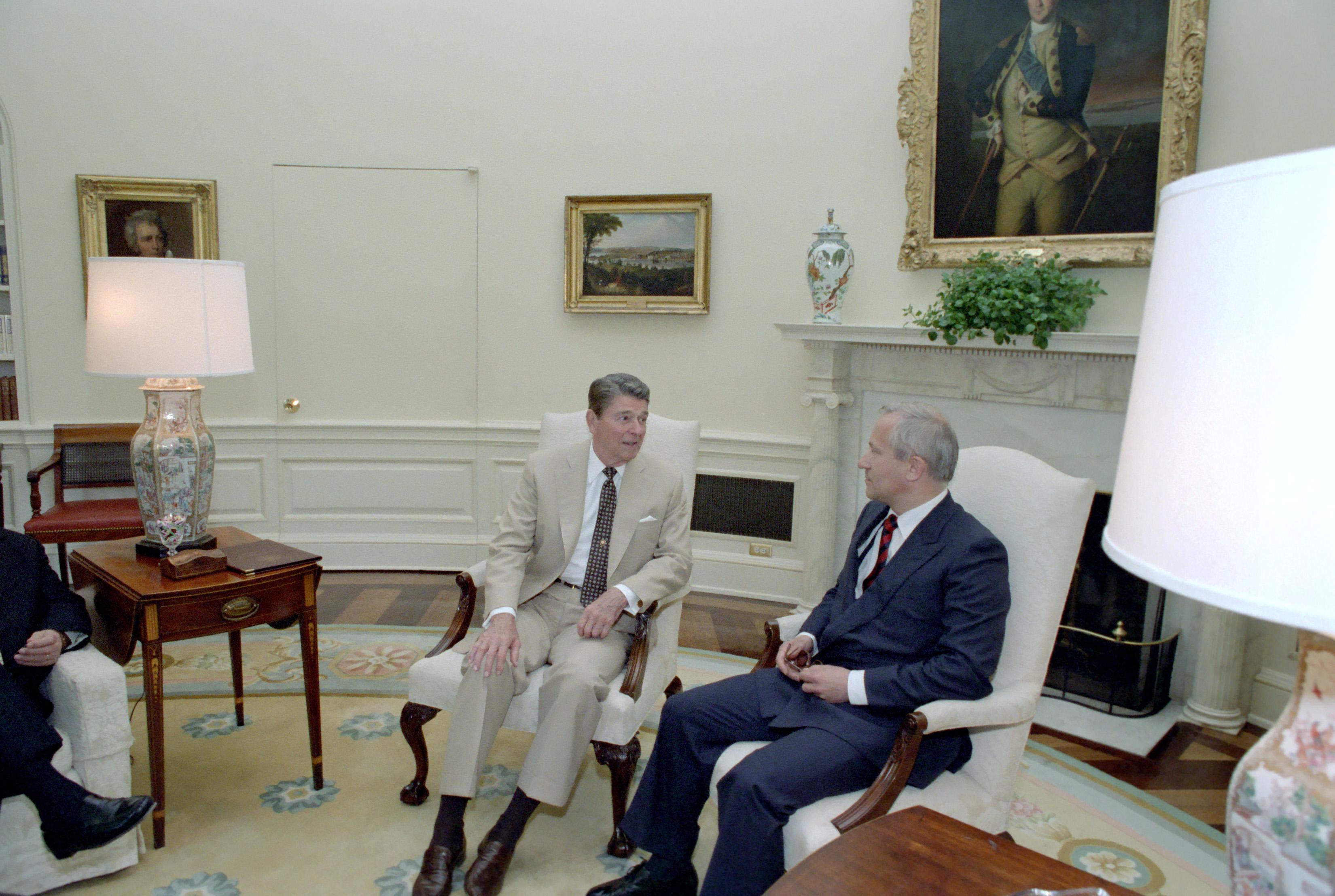 reagan oval office. File:Reagan\u0027s Meeting With Oleg Gordievsky In The Oval Office (12).jpg Reagan