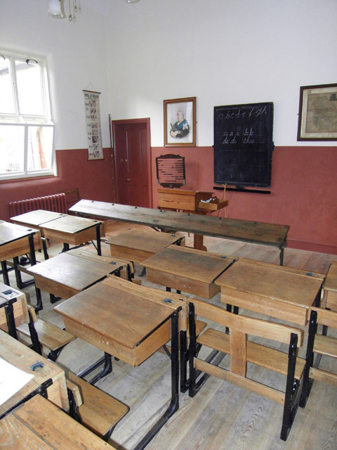 https://upload.wikimedia.org/wikipedia/commons/d/de/Replica_Victorian_Classroom%2C_Queen_Street_School_-_geograph.org.uk_-_1143390.jpg?uselang=en-gb