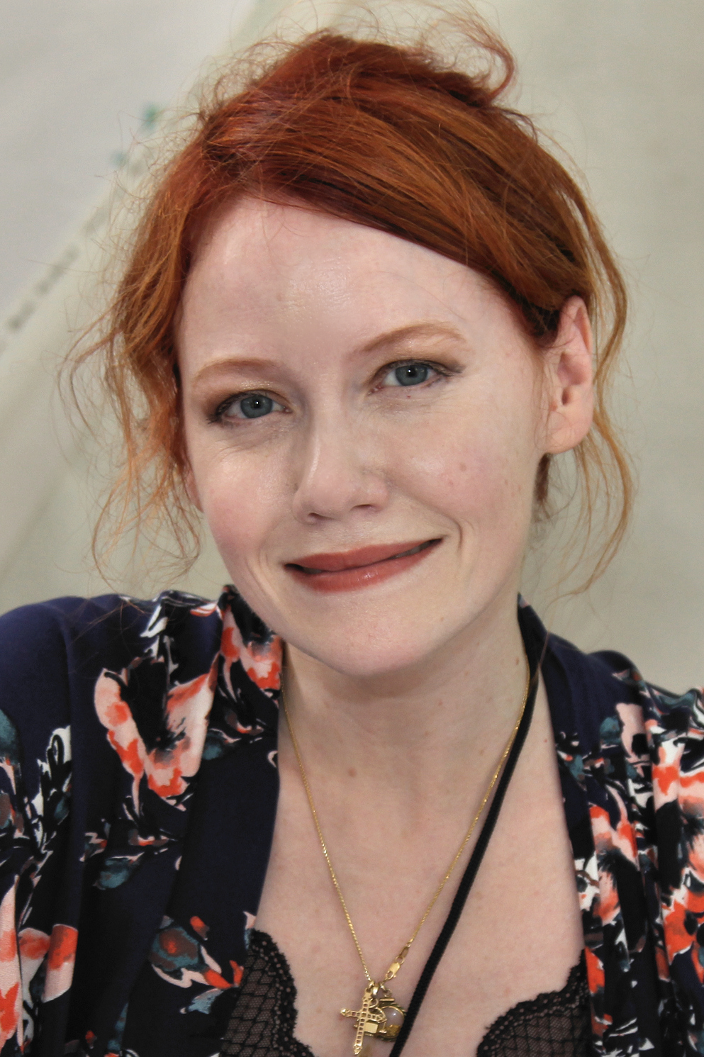 https://upload.wikimedia.org/wikipedia/commons/d/de/Richelle_Mead_2018.jpg