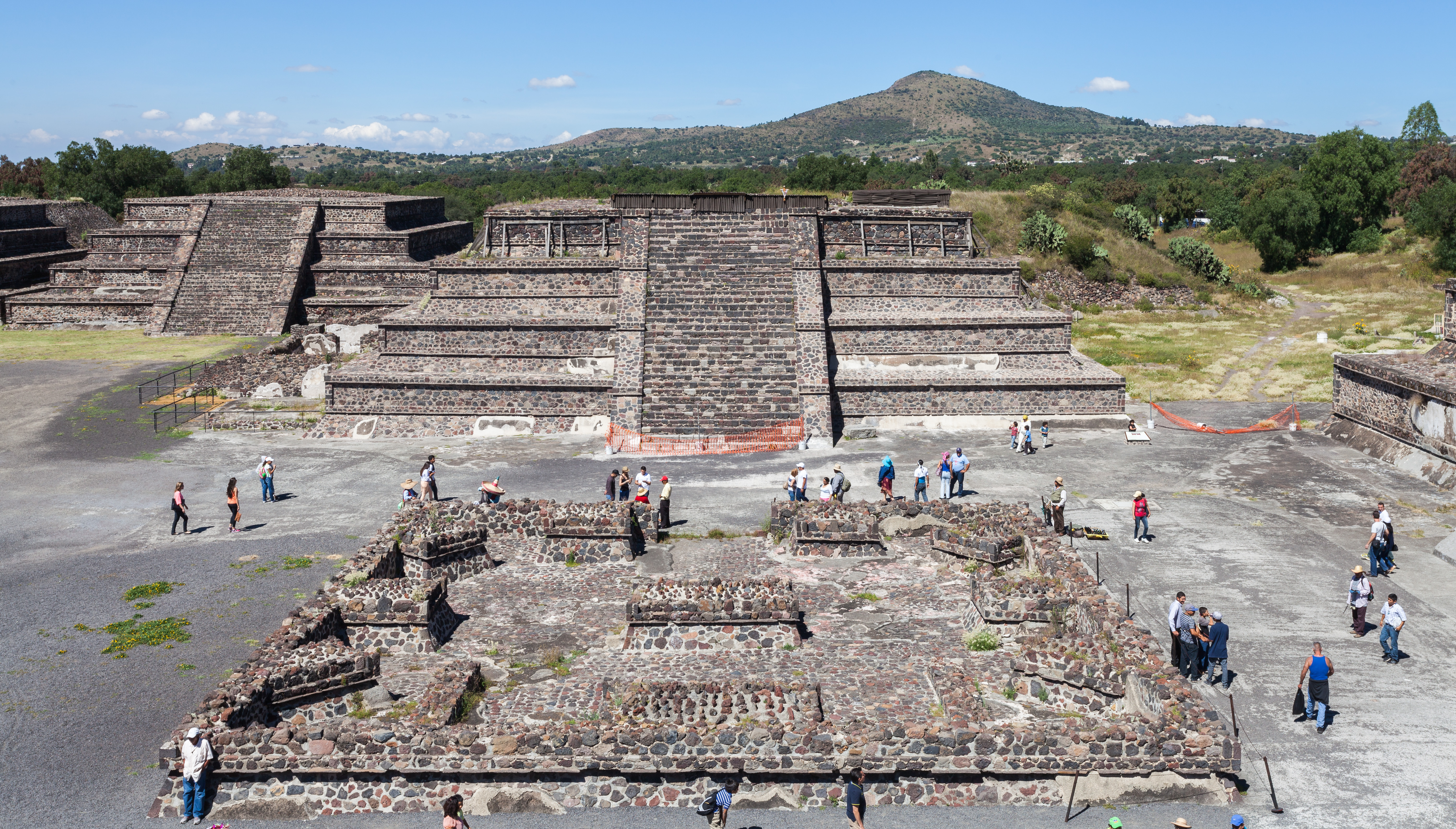 a history and description of teotihuacan Although there is no written history of this complex, ancient civilization, the story of teotihuacan is told in its many, richly rendered murals teotihuacan: a description of a civilization.