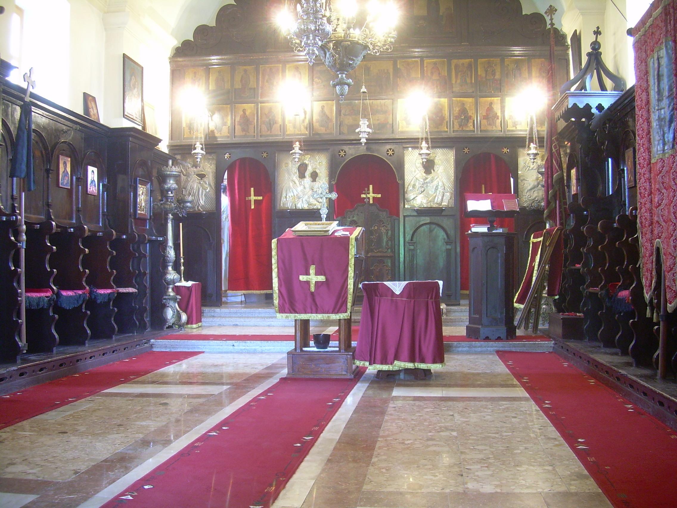 Унутрашњост цркве, иконостас.