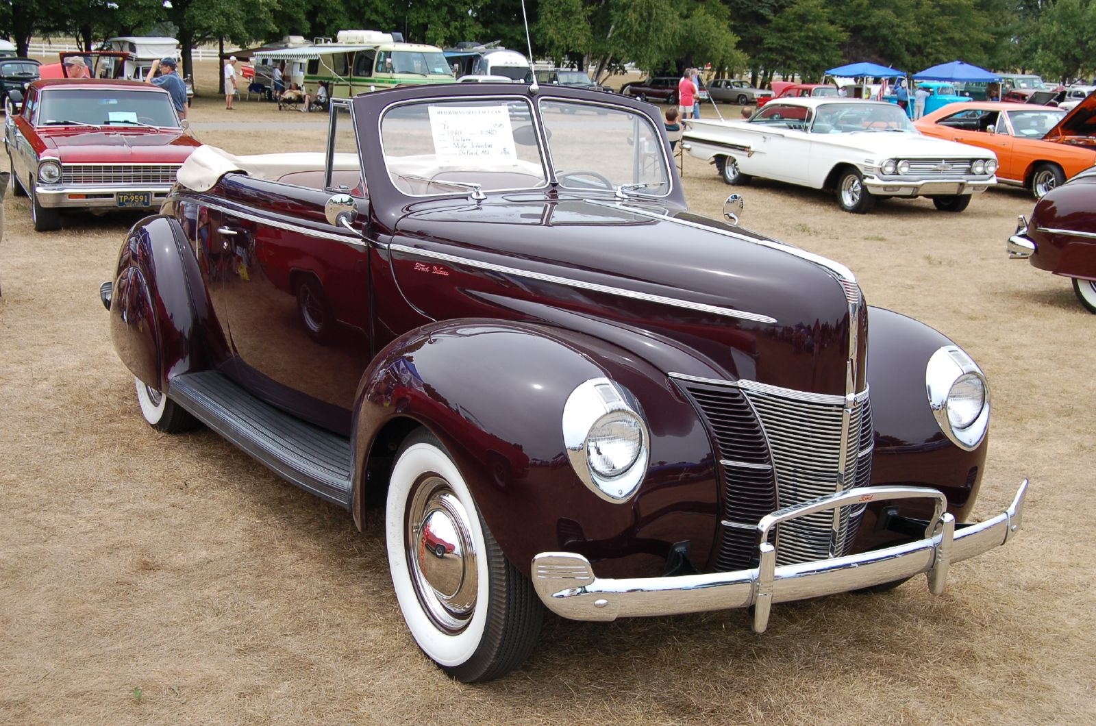 1940_Ford_Deluxe_Convertible_(1144250720