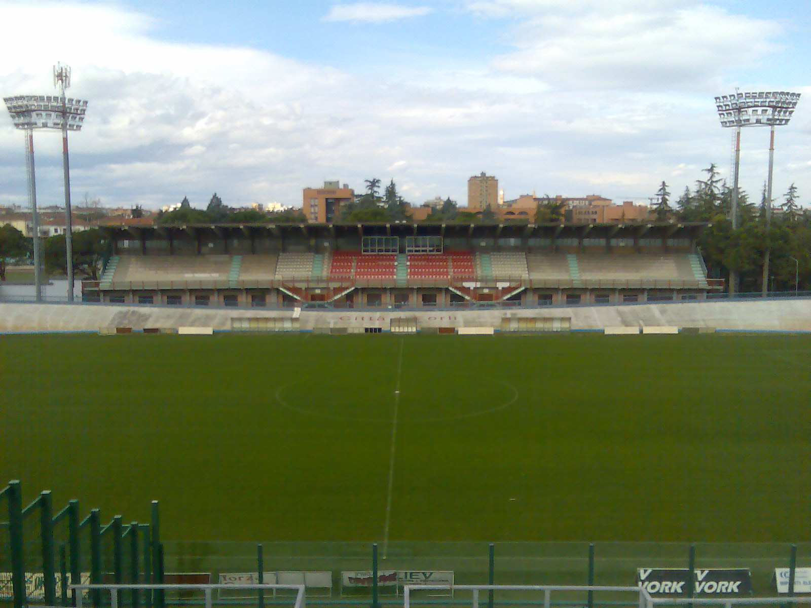 https://upload.wikimedia.org/wikipedia/commons/d/df/2008-03-10_Stadio_Tullo_Morgagni_%28Forl%C3%AC%29.jpg
