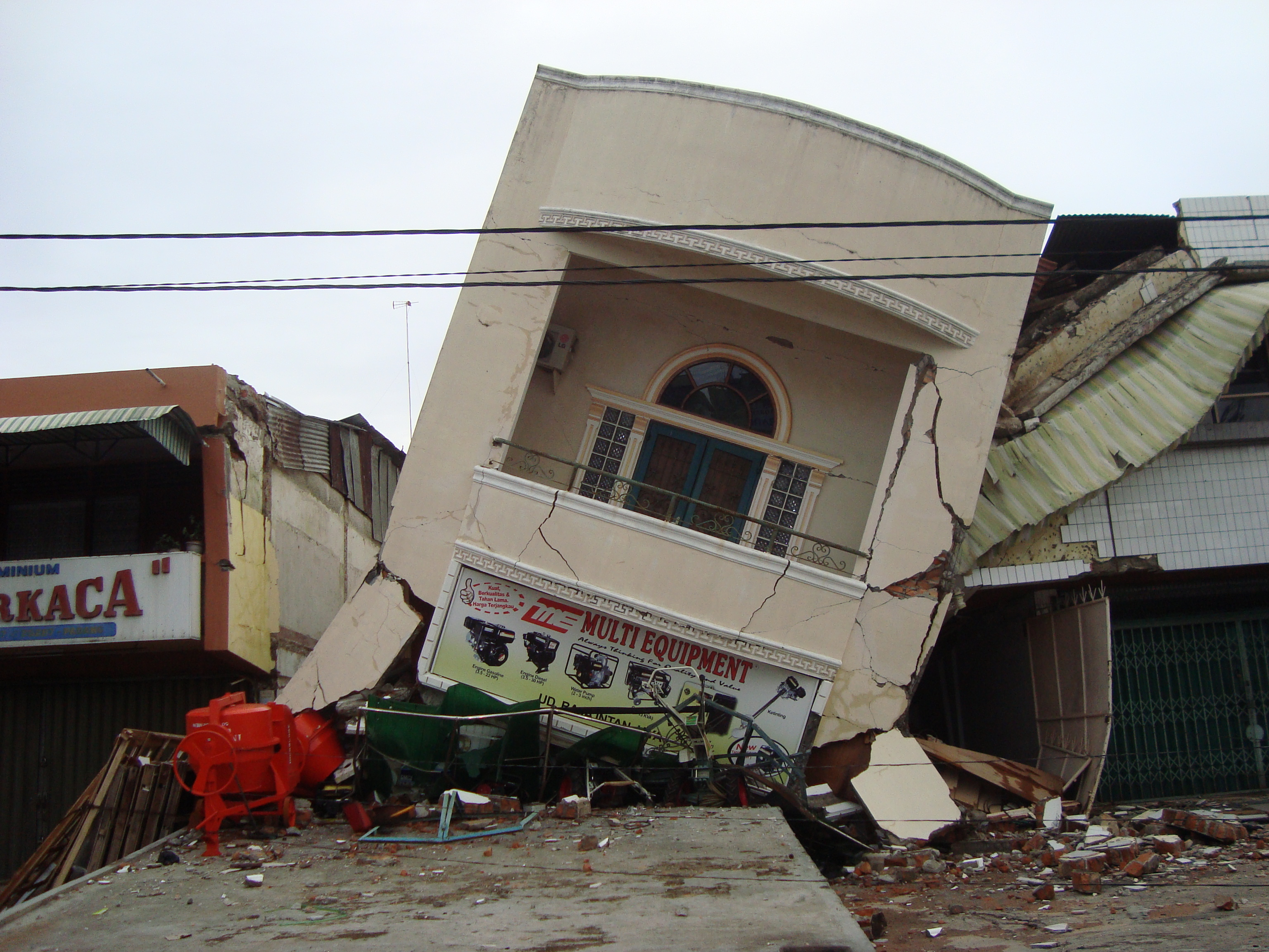 File:2009 earthquake damage in Padang (8).JPG - Wikimedia