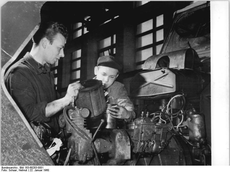 Bundesarchiv Bild 183-68283-0001, Döbernitz, Reparatur eines Traktors
