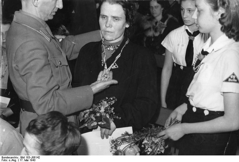 Bundesarchiv Bild 183-J06142, Verleihung des Ehrenkreuzes der deutschen Mutter