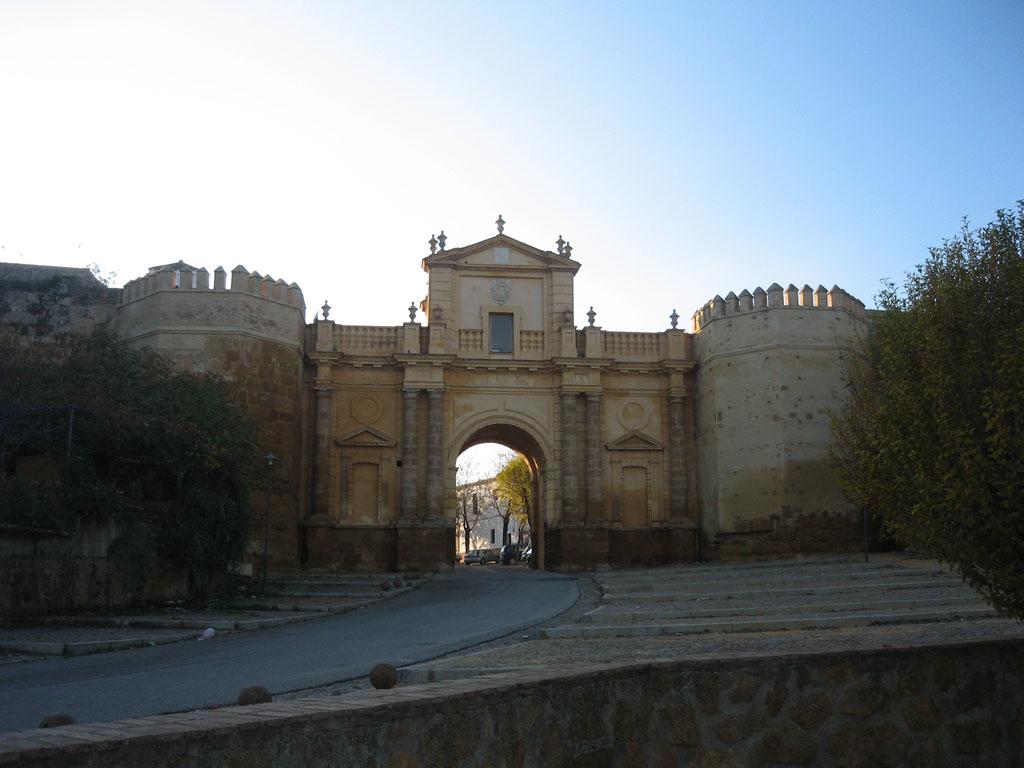 Alc zar de la puerta de sevilla viajar despacio for Puerta de sevilla carmona