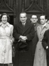 El gobernador civil de Gipuzkoa, barón de Benasque, junto a un grupo de periodistas (2 de 4) - Fondo Marín-Kutxa Fototeka (cropped).jpg
