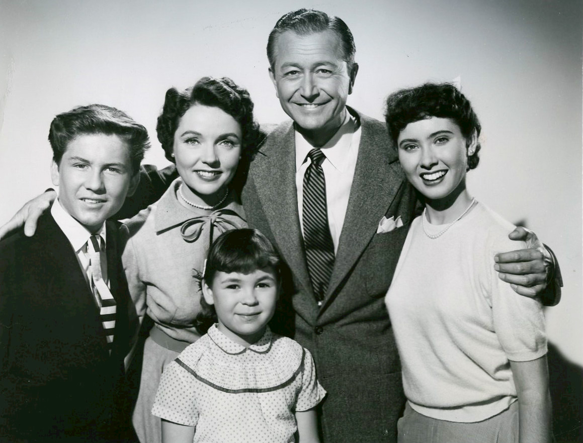 https://upload.wikimedia.org/wikipedia/commons/d/df/Father_Knows_Best_cast_1954.jpg
