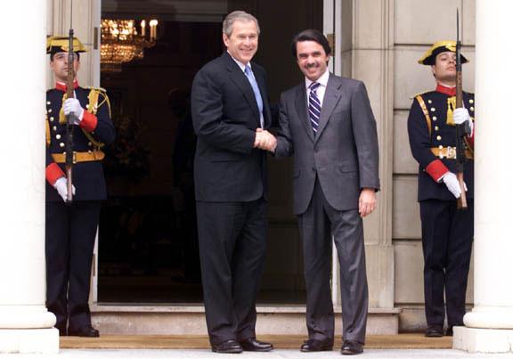 ¿Cuánto mide George Bush Jr.? - Altura - Real height George_W.Bush_and_Jos%C3%A9_Mar%C3%ADa_Aznar_handshake_2001-06-12