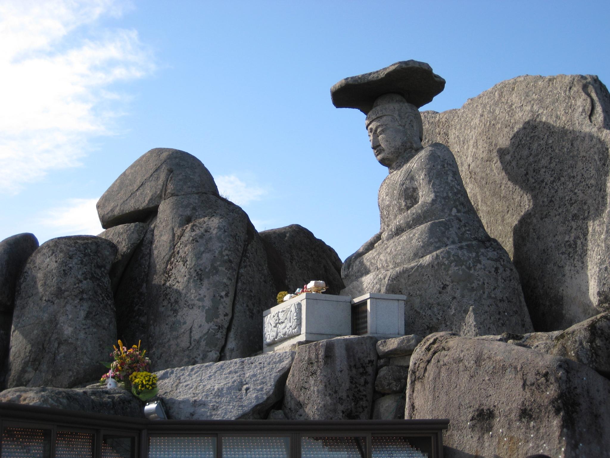 https://upload.wikimedia.org/wikipedia/commons/d/df/Gyeongsan_Gatbawi_Buddha.jpg