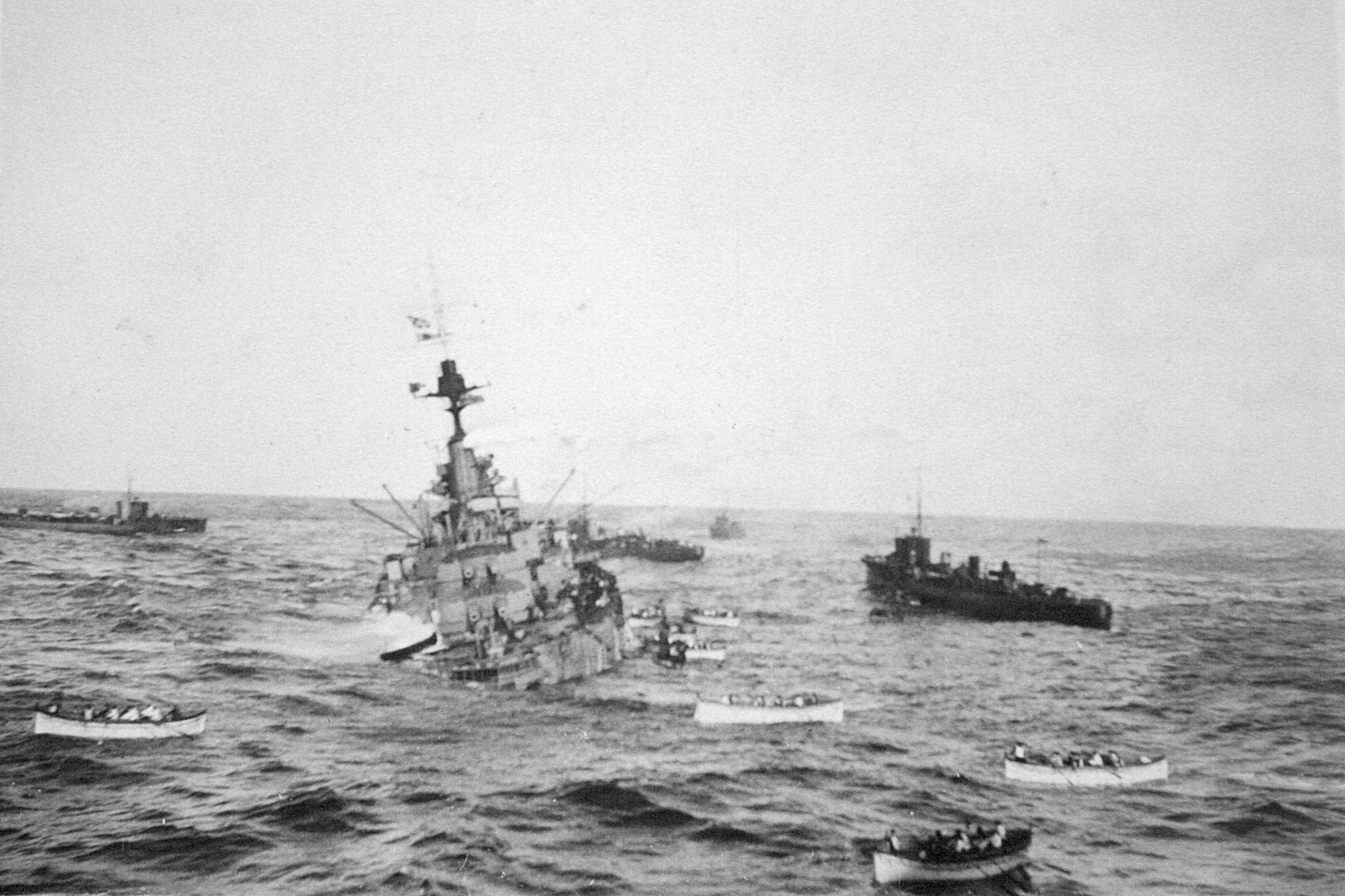 Pourquoi le Britannic a-t-il chaviré ? - Page 2 HMS_Audacious_crew_take_to_lifeboats
