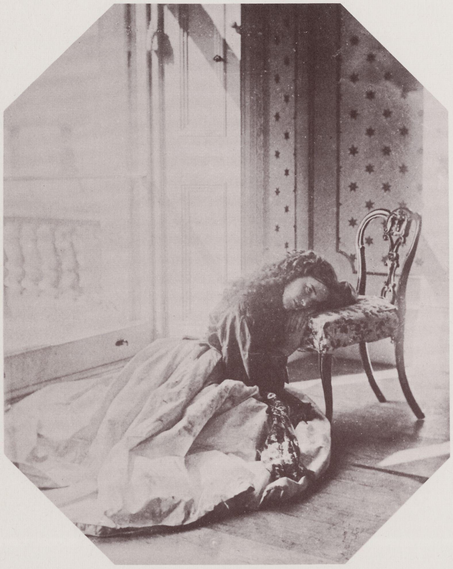 File:Hawarden, Clementina - Fräulein auf dem Boden sitzend ...