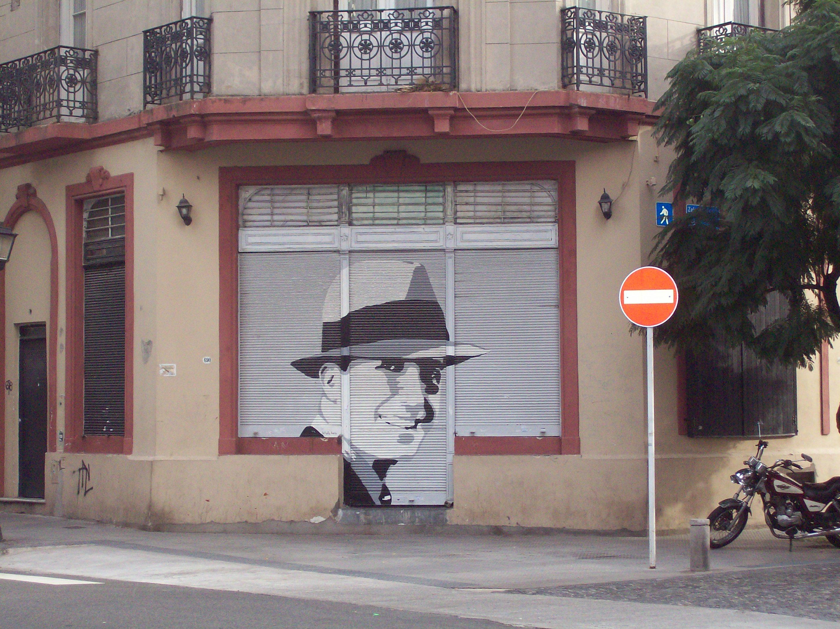 Los retratos de Silva transformados en íconos de la idolatría popular de Gardel.