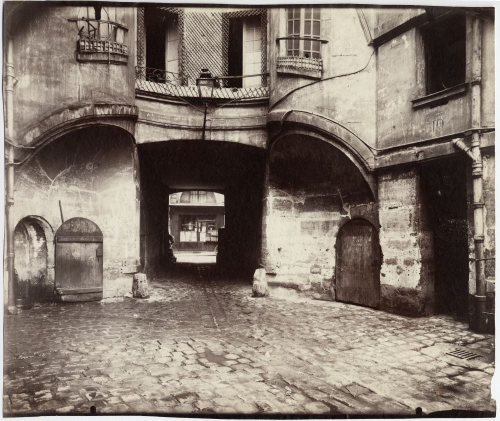 https://upload.wikimedia.org/wikipedia/commons/d/df/La_cour_du_Dragon_%28Paris_VIe%29_par_Eug%C3%A8ne_Atget_%281913%29.jpg