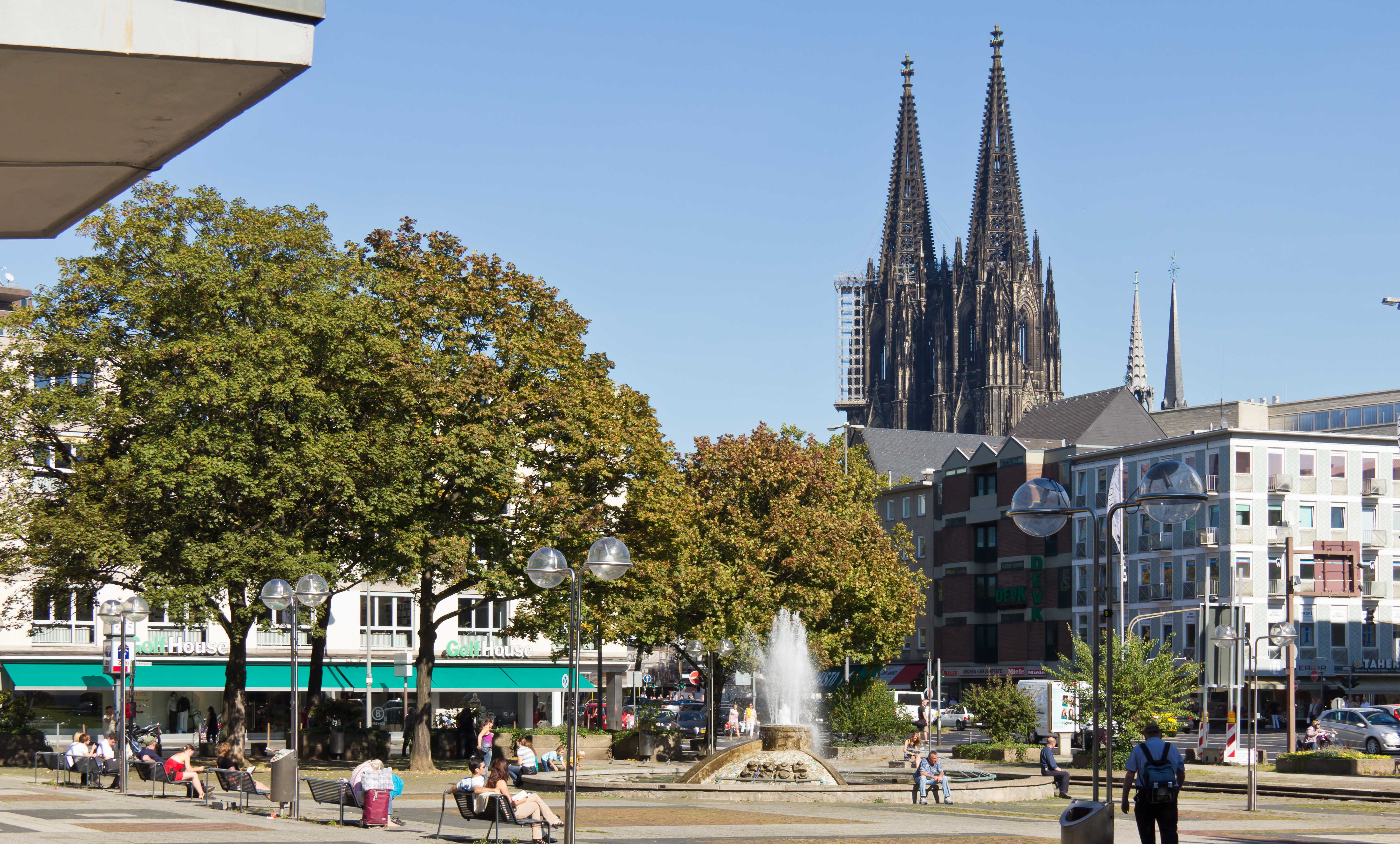 File Offenbachplatz Opernbrunnen Und Kolner Dom 3100 Jpg