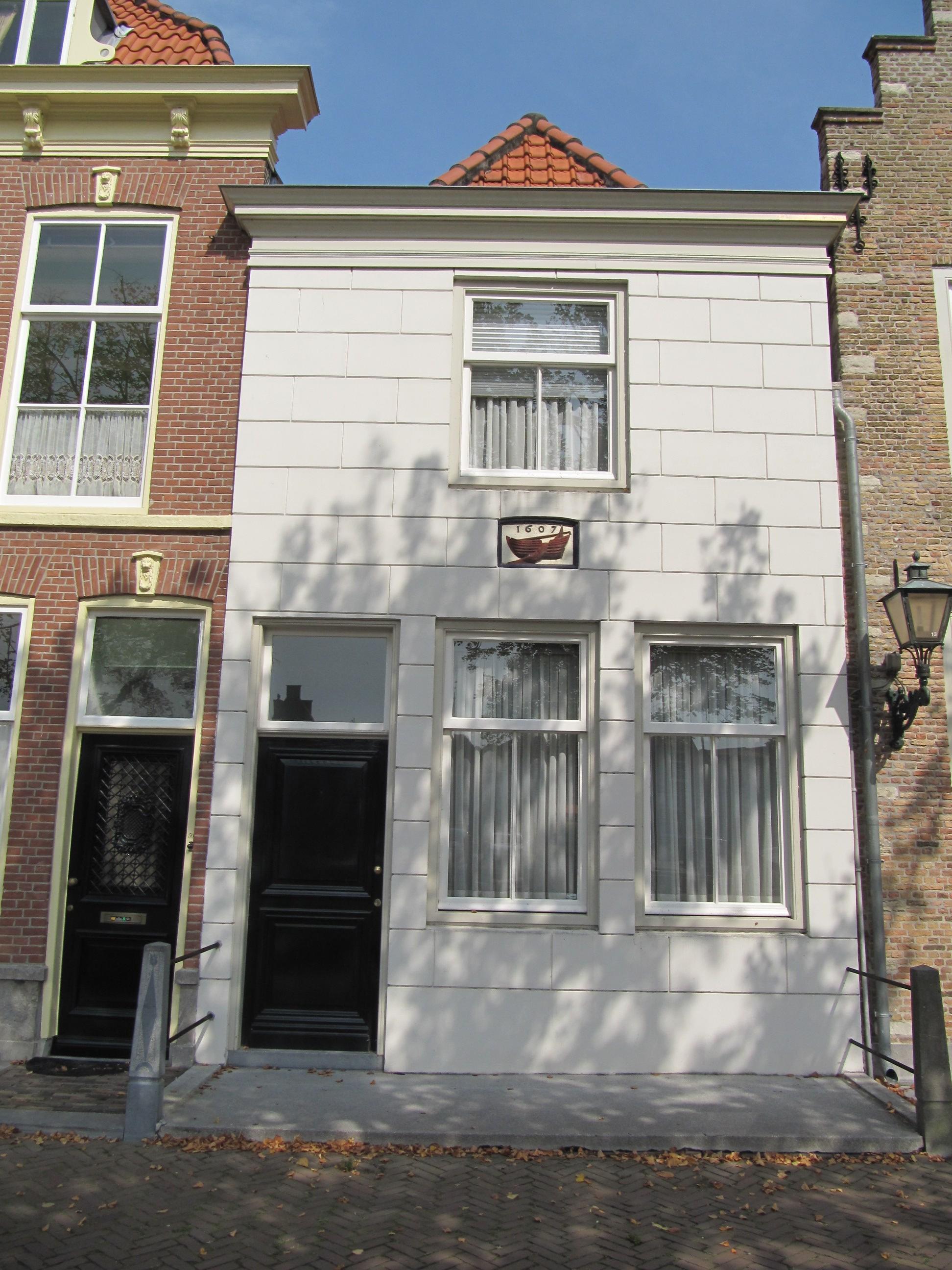 Huis met gepleisterde gevel onder lijst met gevelsteen waarop schip en jaartal in brielle - Oude huis gevel ...