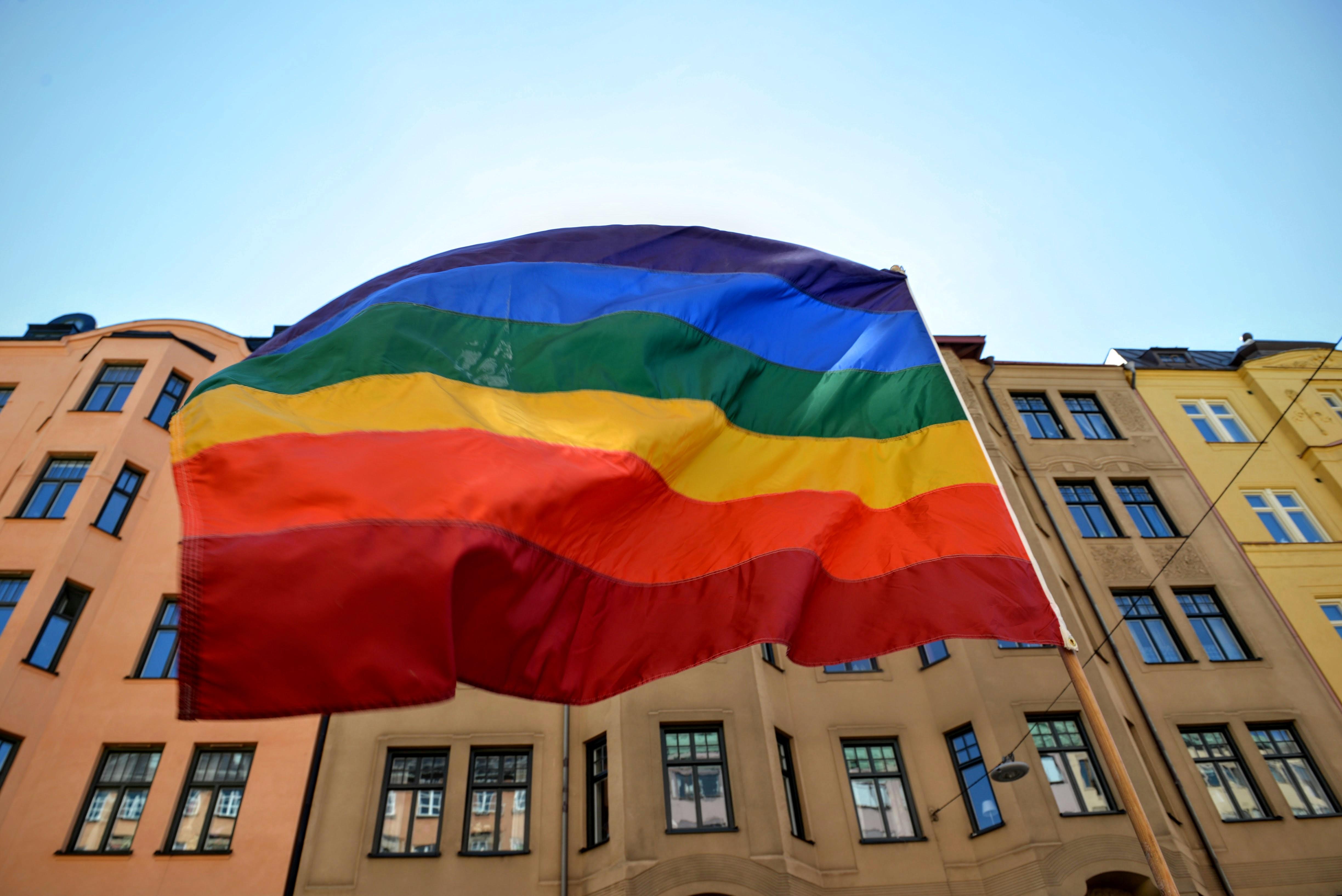 Bild på regnbågsflaggan.