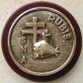 The tampion of the Rubis features the Cross of Lorraine in honour of the Free French eponymous submarine.
