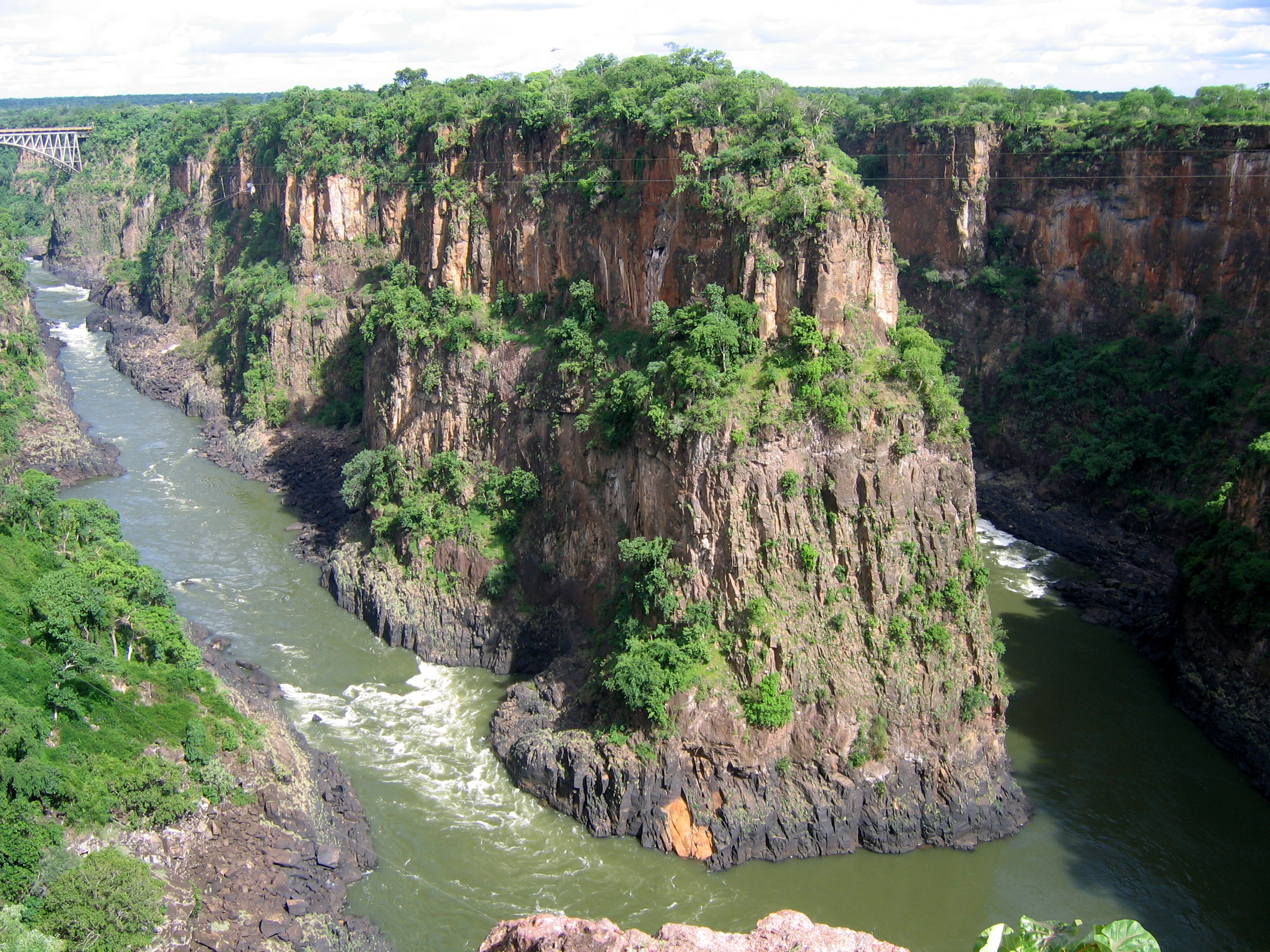 Description The Zambezi River flows.jpg