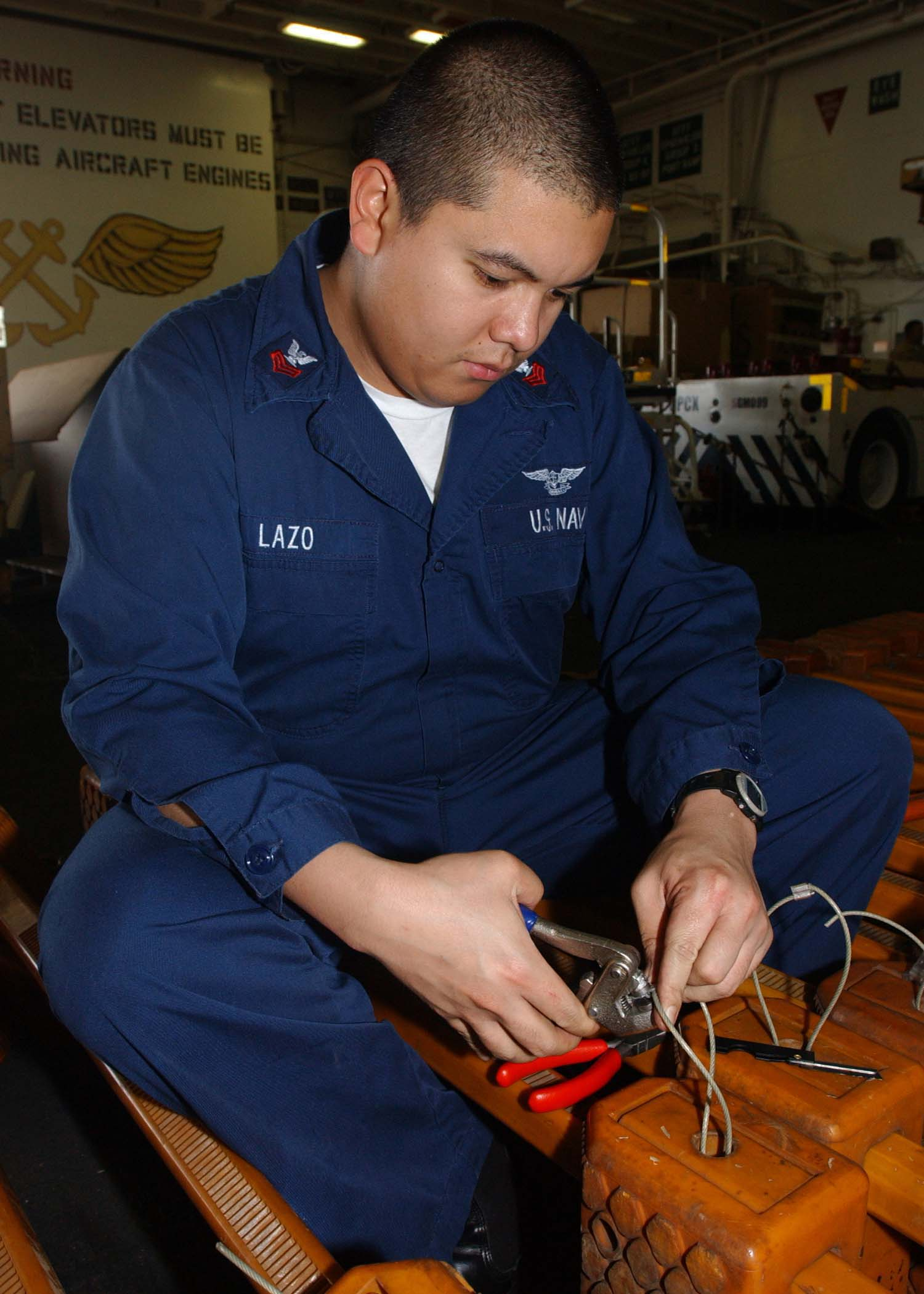 File:us navy 040227-n-0009s-001 aviation support equipment technician