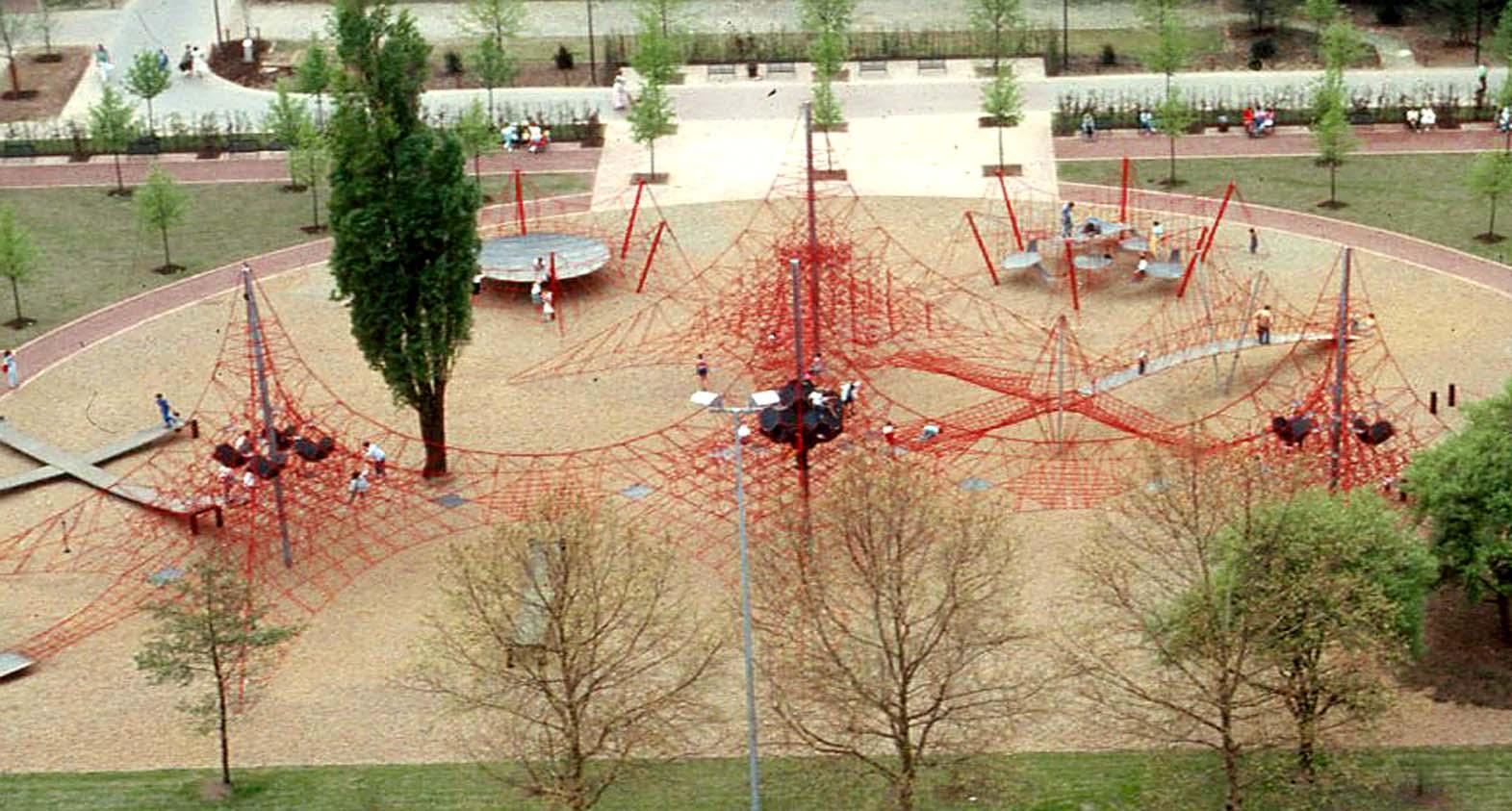 Klettergerüst Aus Seilen : Ein klettergerüst auf einem kinderspielplatz in berlin im herbst
