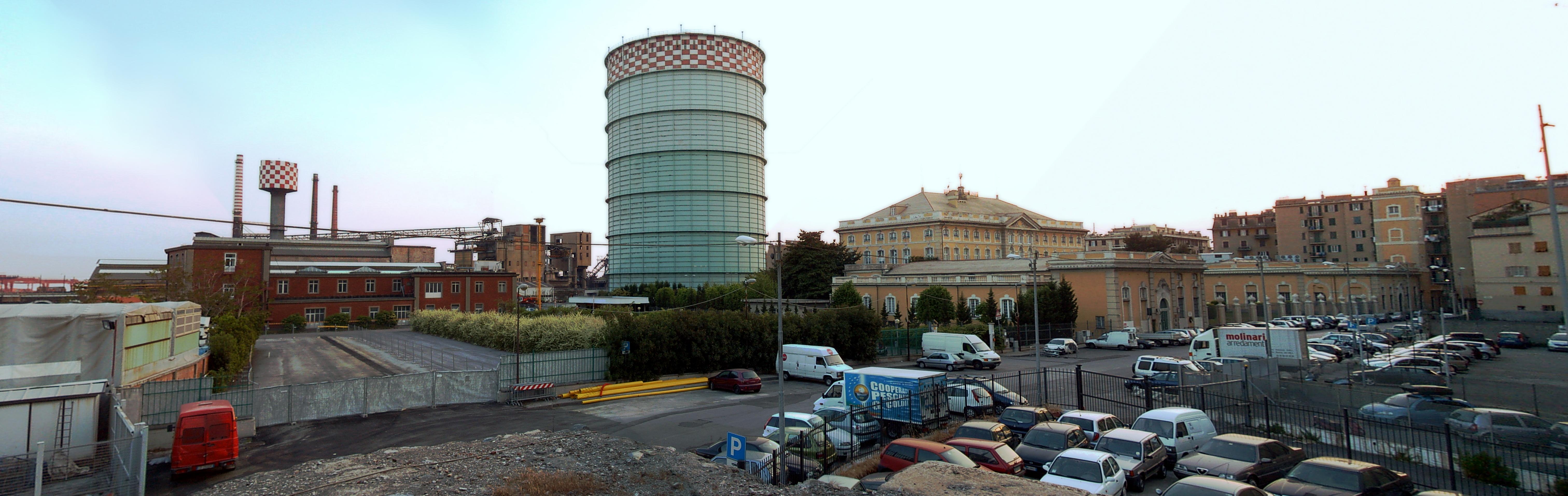 L impianto siderurgico di Cornigliano con accanto l antica villa Bombrini e l
