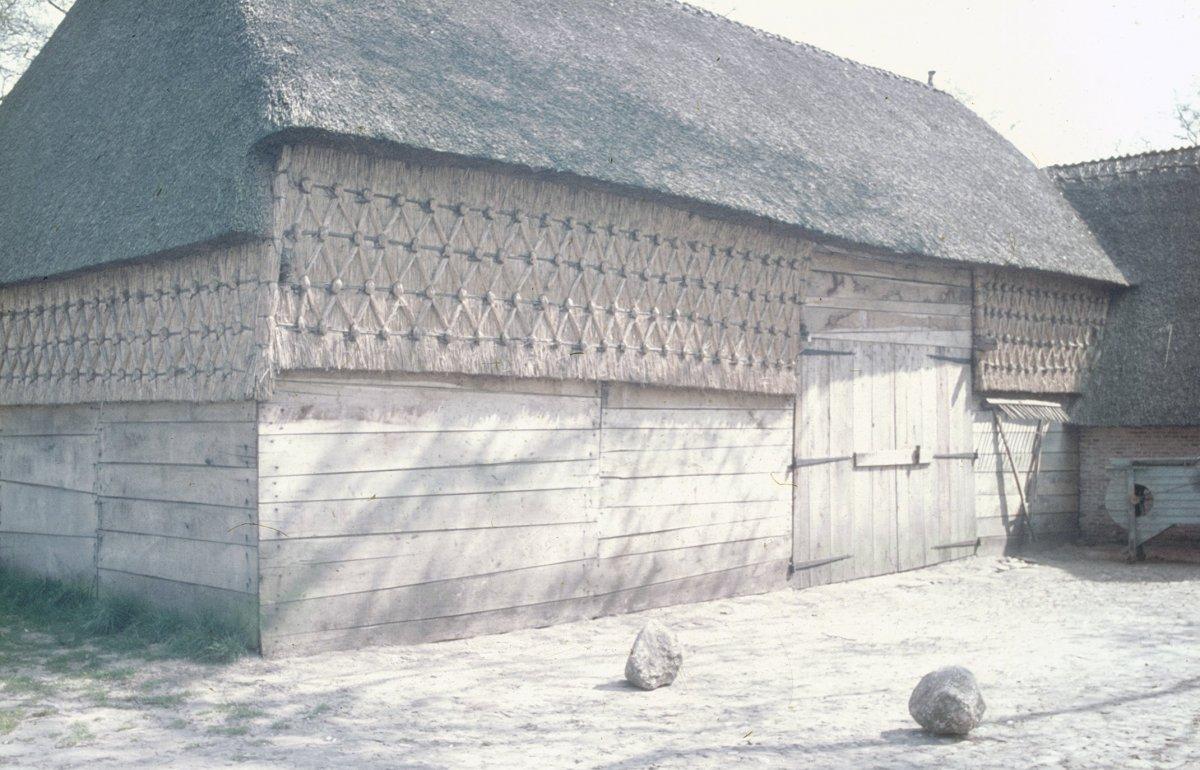 File voorgevel en linker zijgevel met decoratief vlechtwerk op de wanden onder het rieten dak - Kantoor onder het dak ...