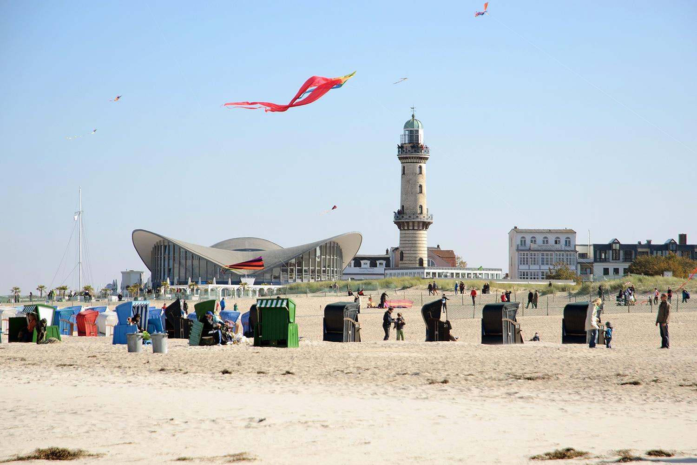 Warnemuende-strand-leuchtturm-teepott-2013.jpg