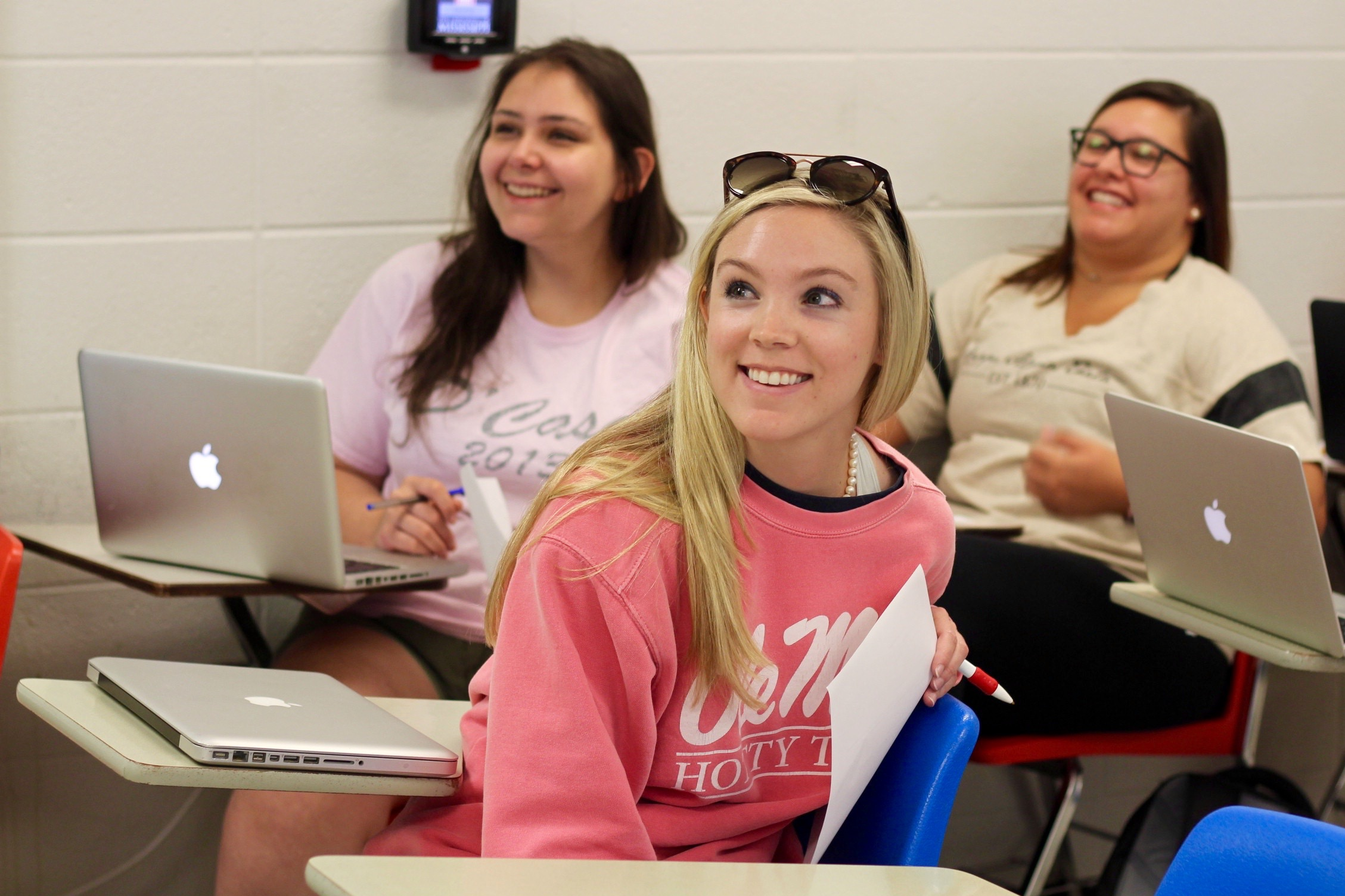 "Students in Dr. Robert Cummings' ""Writing with Wikipedia"" class discuss their assignment during a campus visit to Ole Miss."