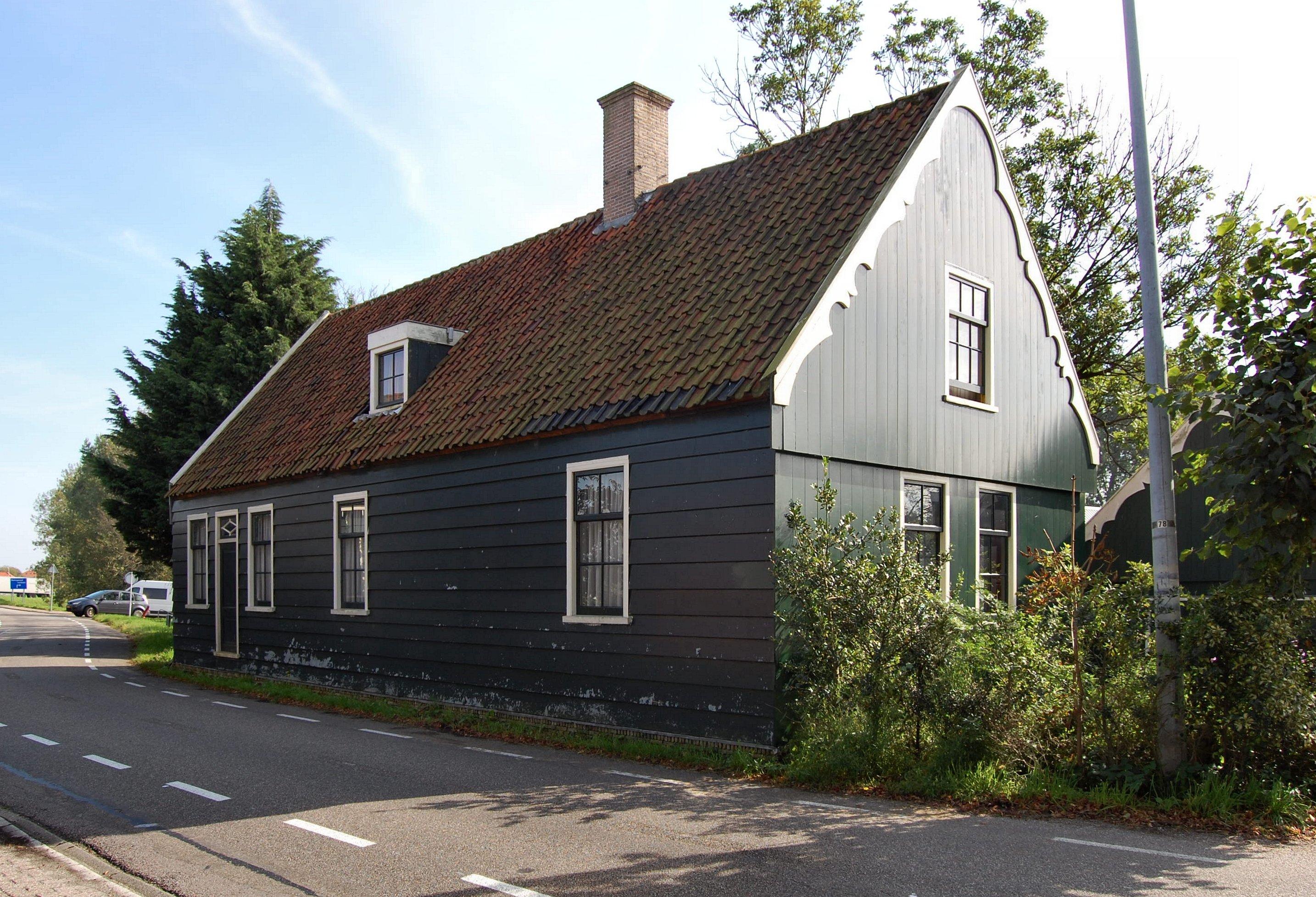 Houten huis onder pannen zadeldak met topmakelaar op de rechter zijgevel in zaandam monument - Houten huis ...