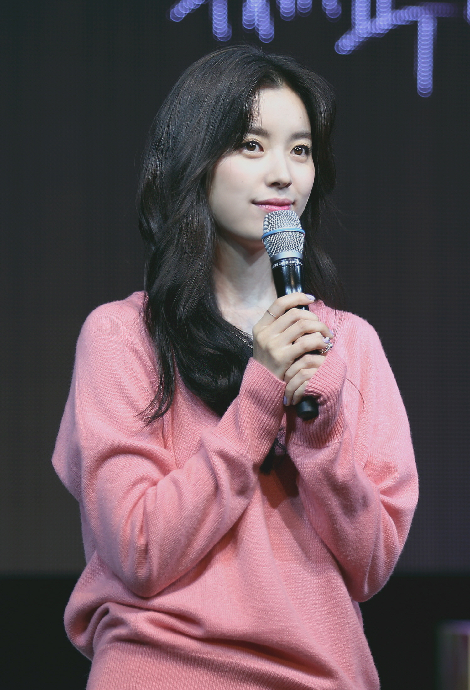 The 31-year old daughter of father (?) and mother(?) Han Hyo Joo in 2018 photo. Han Hyo Joo earned a  million dollar salary - leaving the net worth at 2 million in 2018