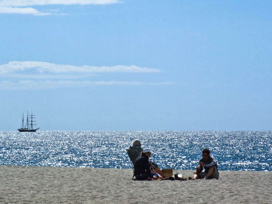 File:Abaconda beach people.jpg - Wikimedia Commons