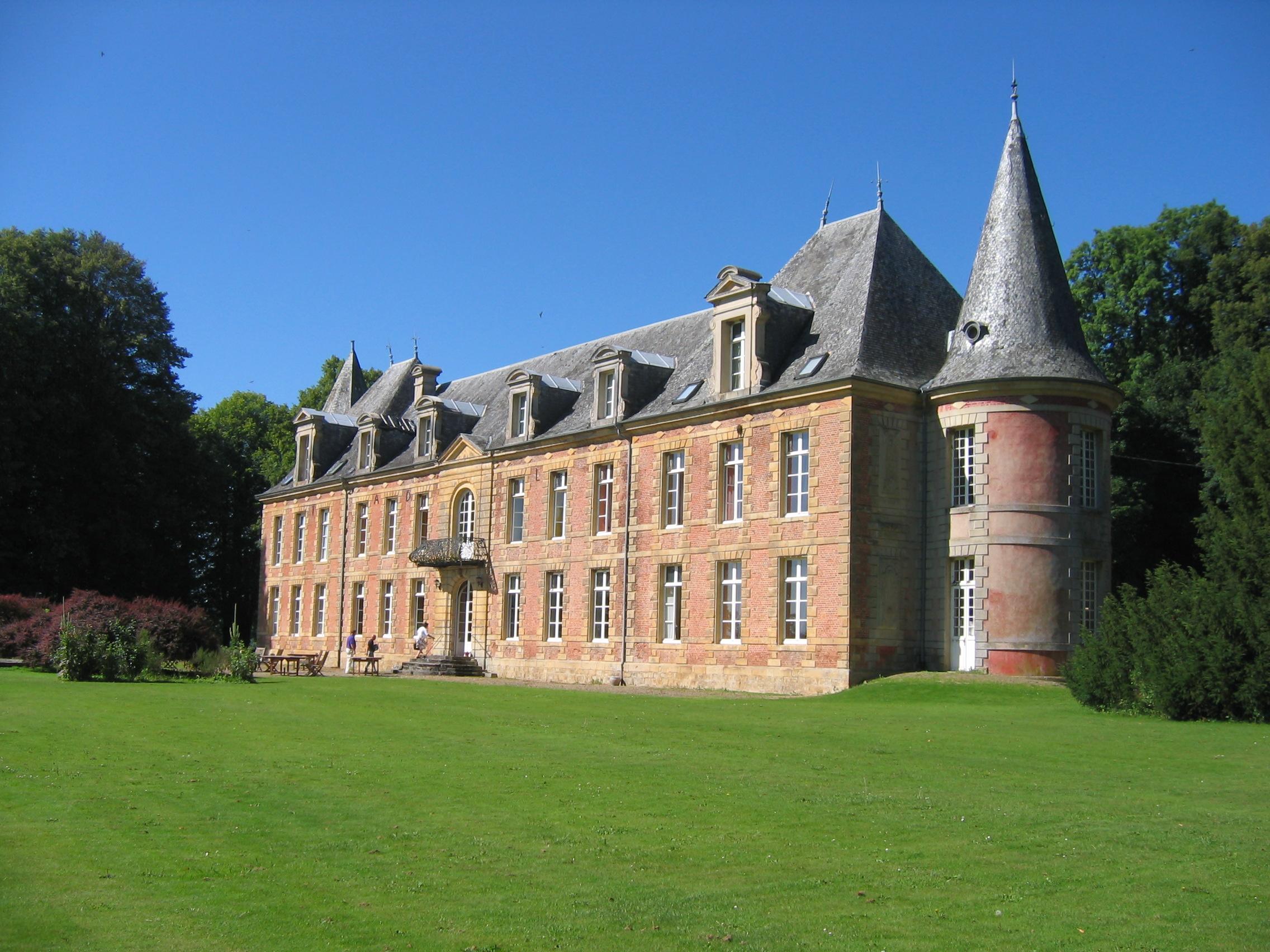 https://upload.wikimedia.org/wikipedia/commons/e/e0/Abbaye_Notre-Dame_des_Sept-Fontaines_Fagnon_Ardennes_France_V1.JPG