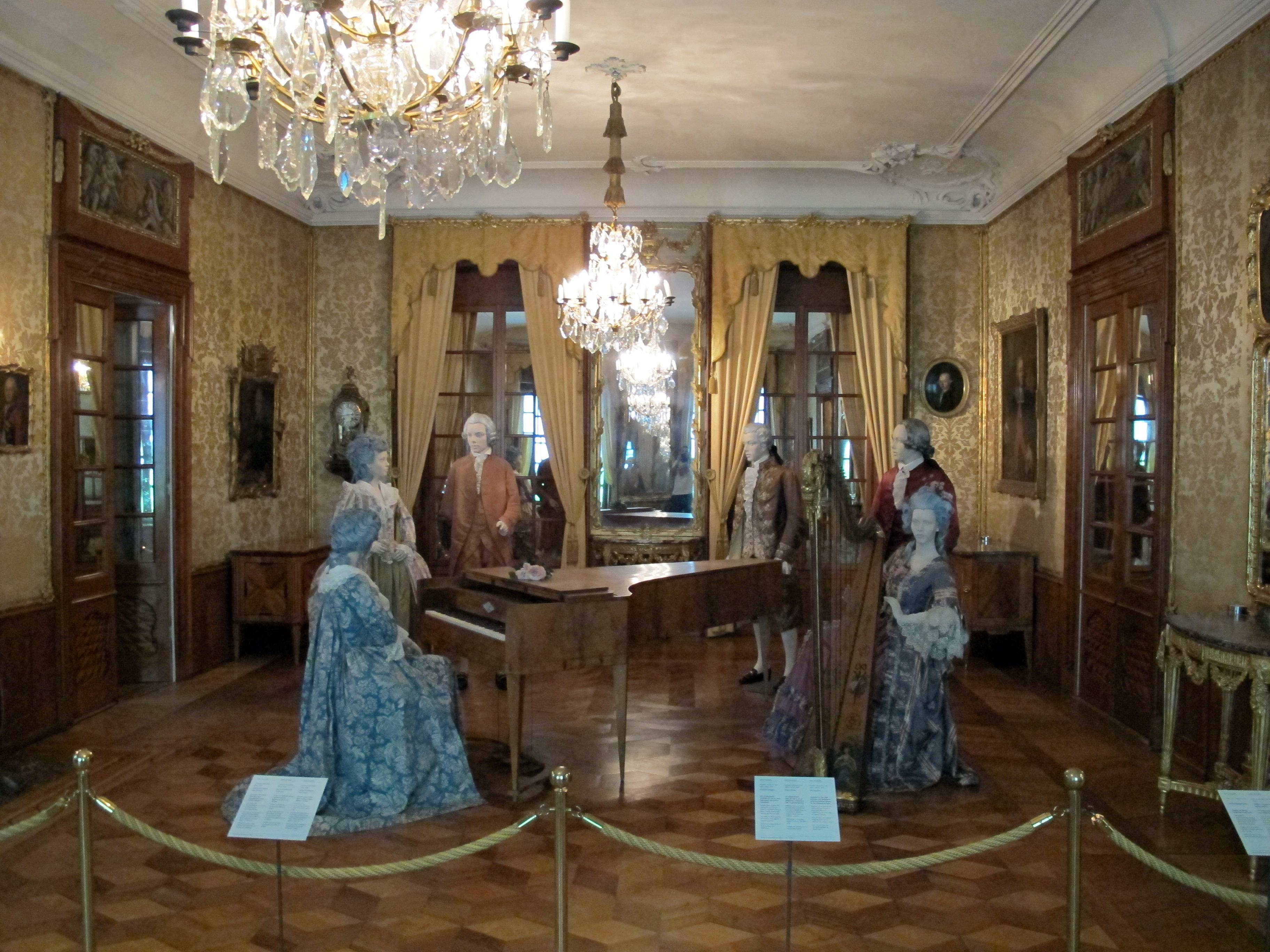 File berna museo di storia sala con ricostruzione di una for Una casa di storia con seminterrato