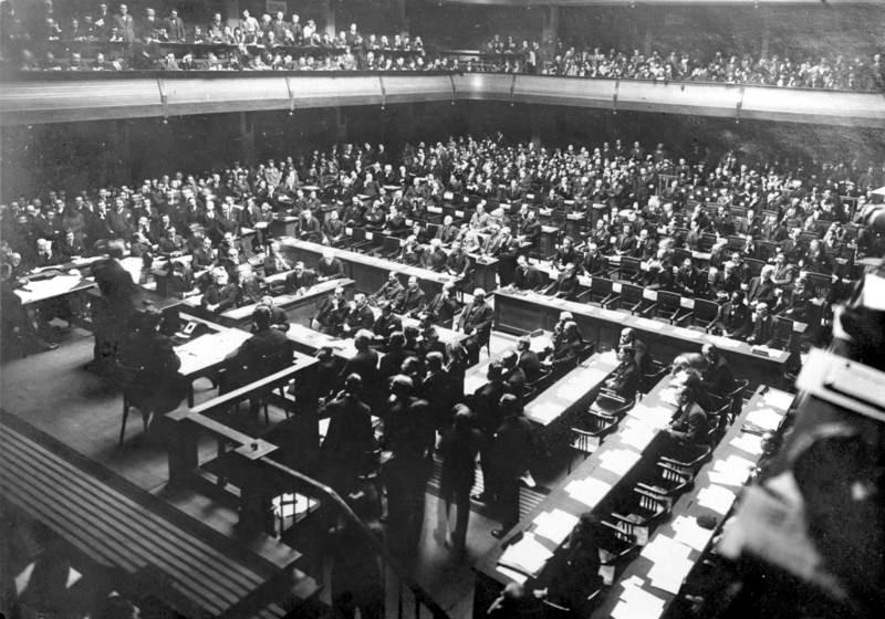 Soubor:Bundesarchiv Bild 102-02454, Genf, Schlusssitzung des Völkerbundrates.jpg