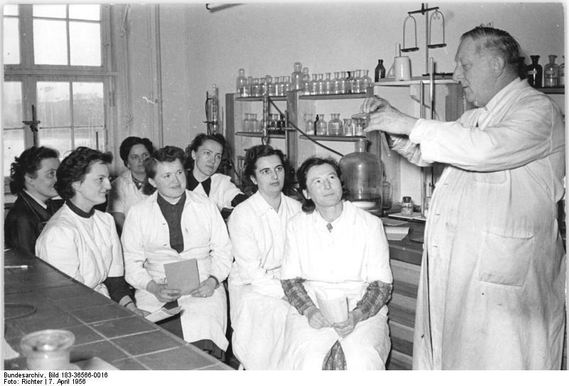 Bundesarchiv Bild 183-36566-0016, Jena, Fortbildung, Chemie.jpg