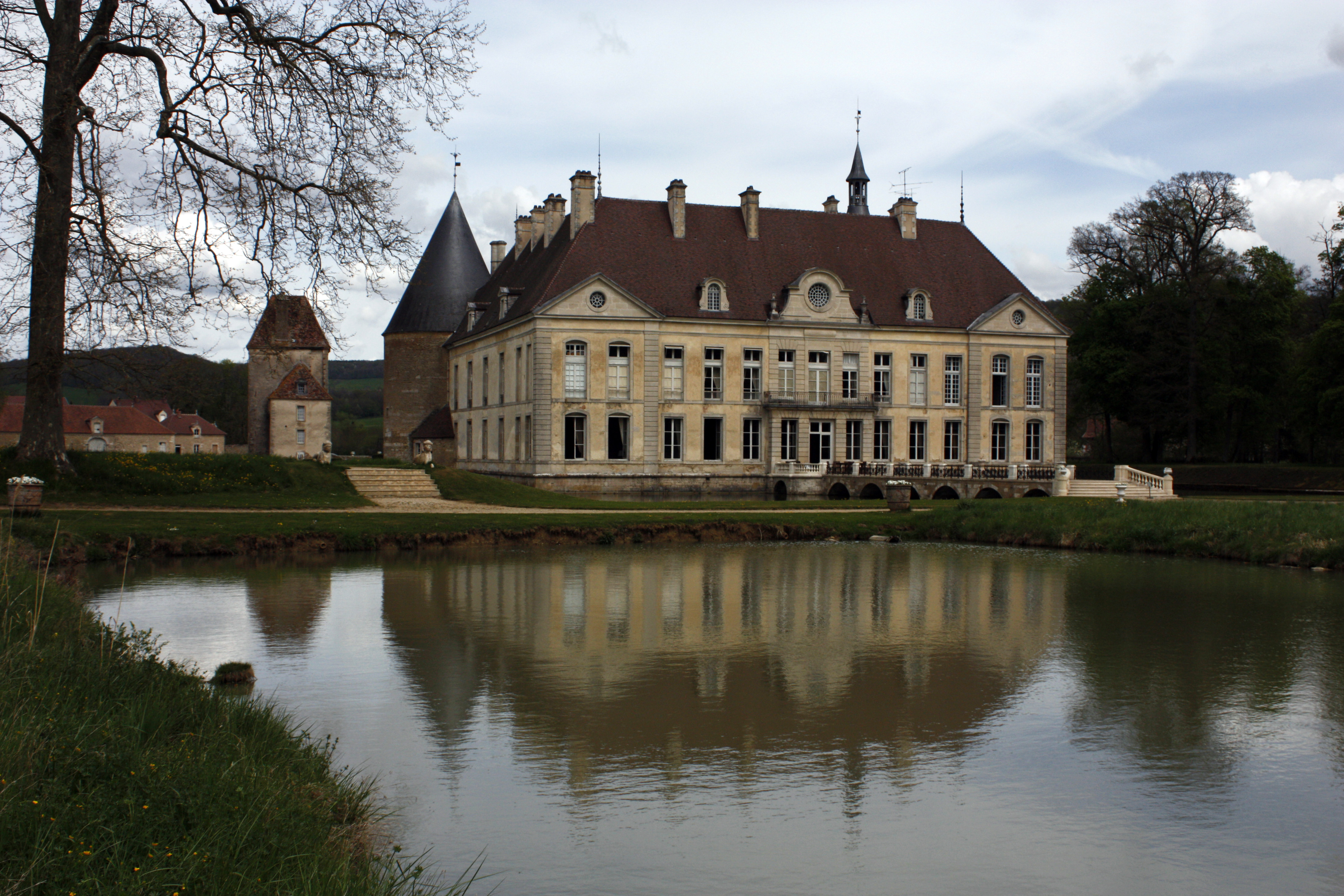 Top 10 best places to visit in burgundy france for Chateaux in france to stay